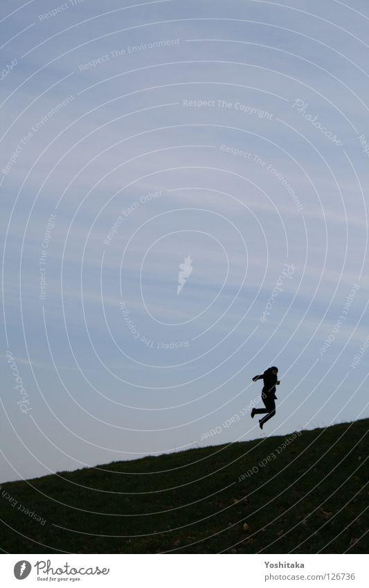 Saut de joie Trampolin Horizont springen Frau Wiese Einsamkeit ruhig Freude Tanzen Silhouette Mensch Glück blau Himmeln Rasen üben Leben Freiheit frei