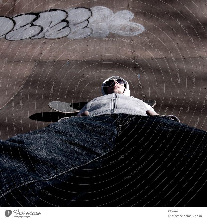 abflacken Mensch Mann Jugendliche Erholung Stil Holz Graffiti Beleuchtung maskulin Beton Coolness Jeanshose trist Bodenbelag liegen Freizeit & Hobby