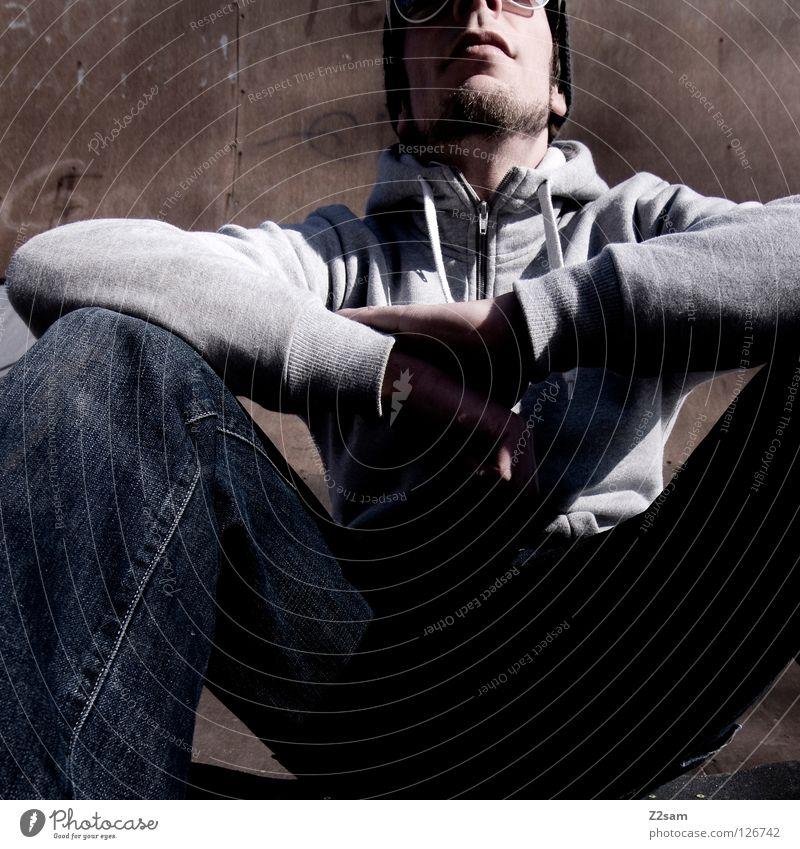 abflacken II Holz Holzfußboden Halfpipe Rampe Beton Jugendliche Kapuze Kapuzenpullover Erholung Buchstaben Mann maskulin Sonnenbrille lässig Stil Mensch trist