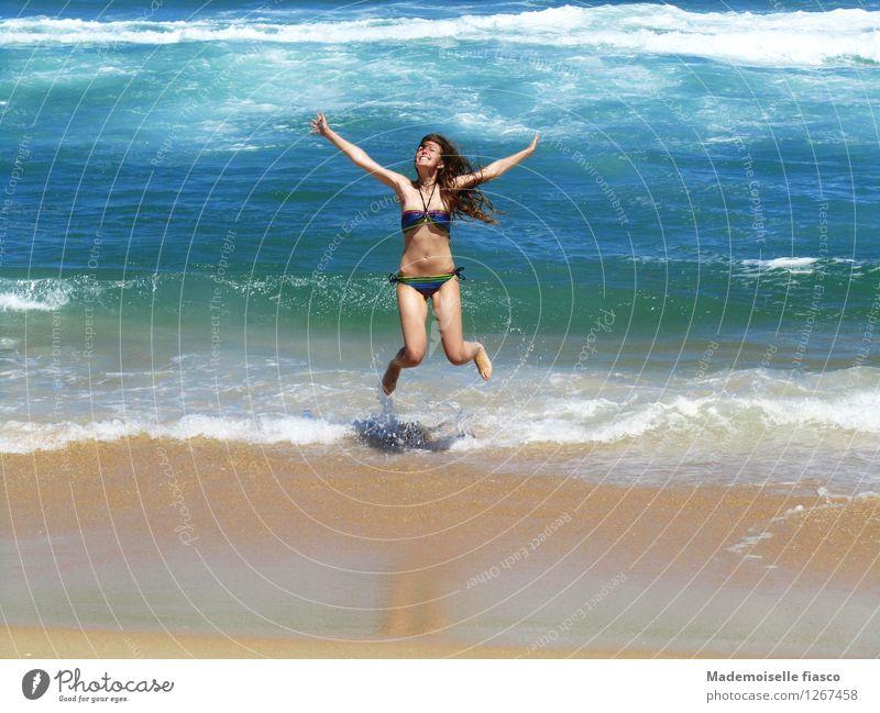 Sonne, Strand und mehr III Freude Ferien & Urlaub & Reisen Freiheit Sommer Sommerurlaub Meer Wellen feminin Junge Frau Jugendliche 1 Mensch Sand Wasser