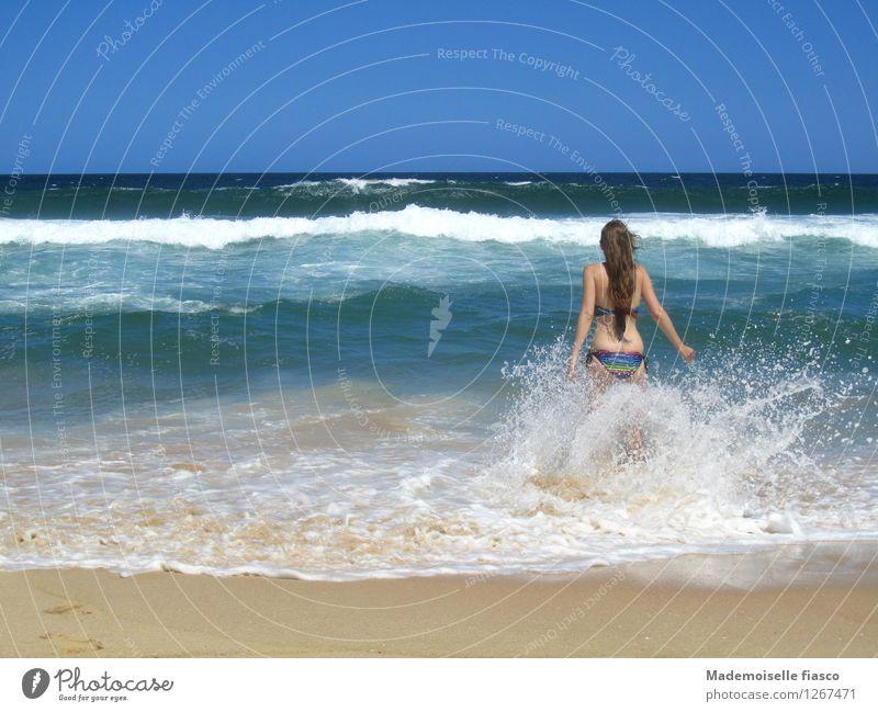 Sonne, Strand und mehr IV Freude feminin Junge Frau Jugendliche 1 Mensch Sand Wasser Sommer Schönes Wetter Wellen Bikini Schwimmen & Baden Glück Unendlichkeit