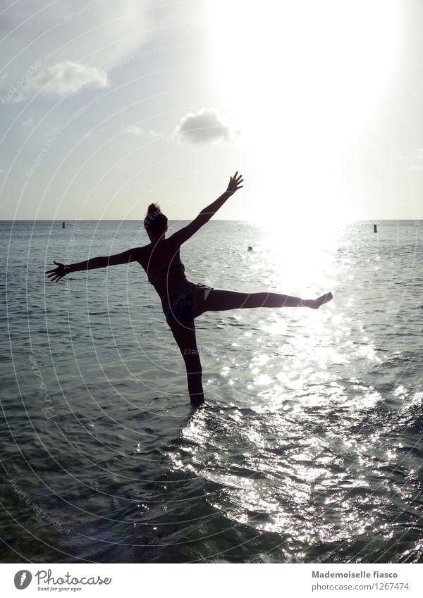 Sonnentanz Mensch Ferien & Urlaub & Reisen Jugendliche Sommer Wasser Junge Frau Meer Freude Strand Wärme feminin Freiheit Schwimmen & Baden glänzend