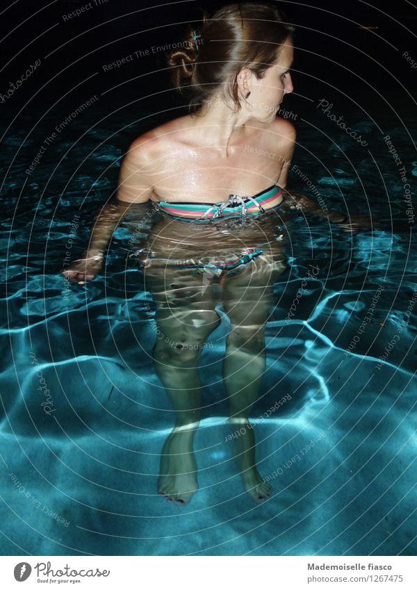 Nachts im Pool Schwimmen & Baden feminin Junge Frau Jugendliche 1 Mensch Bikini brünett Wasser stehen schön nass blau rosa schwarz ruhig Einsamkeit Erwartung