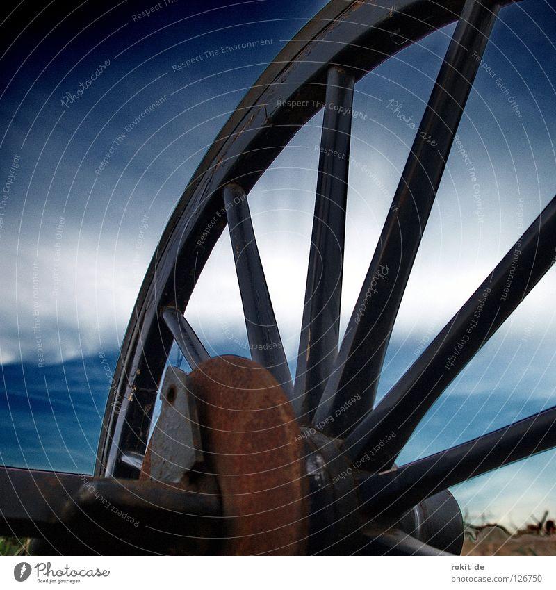 Rad ab? Wagenräder Pferdekutsche Nabe rund drehen Holz Ersatzrad Speichen Panne Kutscher Erholung Postkutsche Weide Wiese Pferdestall Western Cowboy Einsamkeit