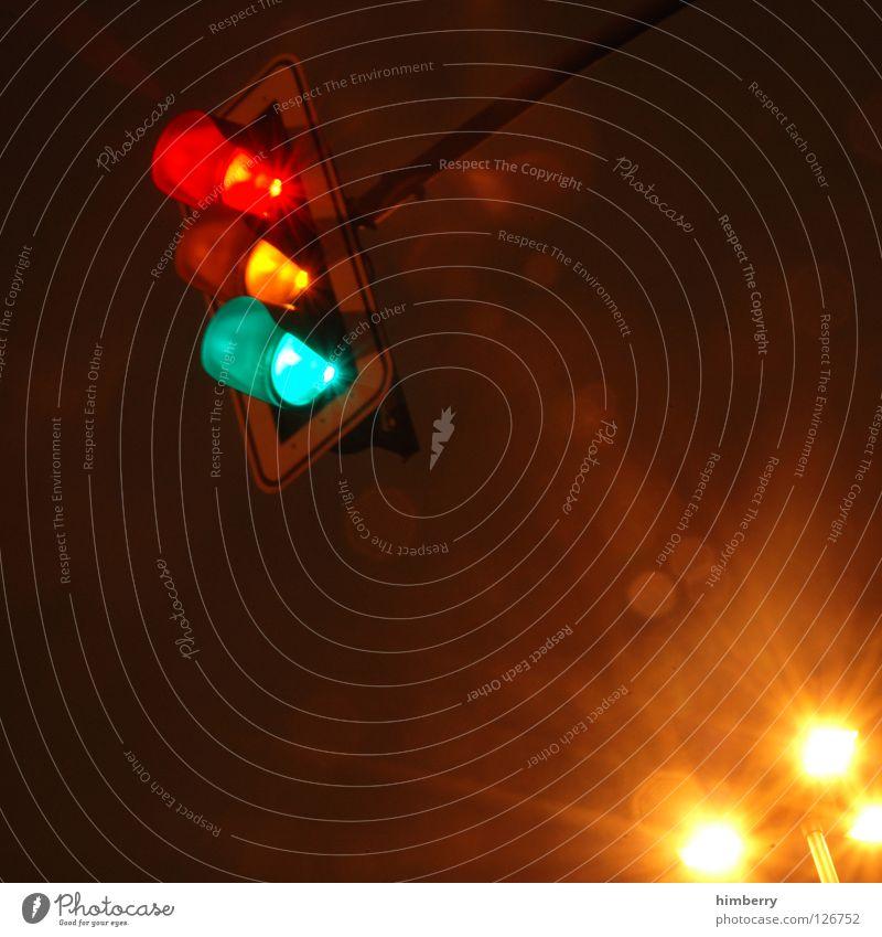 (H)ampelkoalition Ampel Licht Langzeitbelichtung Belichtung Verkehr Nacht Straßenverkehr stoppen stehen Überqueren Straßenbeleuchtung modern Detailaufnahme