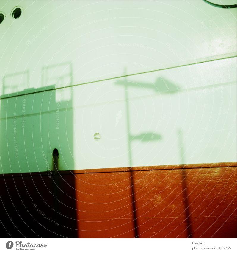 Schattenlaterne weiß rot Sonne Wand Lampe Wasserfahrzeug Industrie streichen Hafen Schifffahrt Schiffsbug Mittelformat wegfahren verdunkeln Steuerbord Bordwand