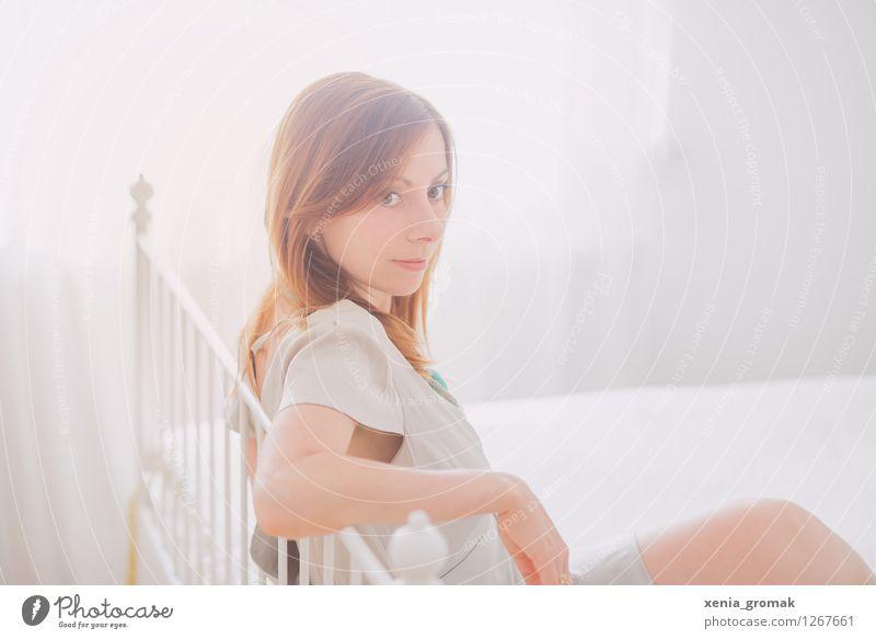 Portrait im Schlafzimmer Mensch Jugendliche schön Junge Frau weiß Erotik 18-30 Jahre Erwachsene Leben feminin Stil Lifestyle Feste & Feiern Haare & Frisuren Design glänzend