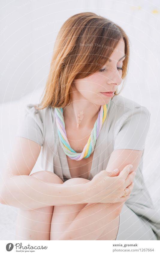 Frauenportrait Mensch Jugendliche schön Junge Frau Erholung ruhig 18-30 Jahre Erwachsene Leben Traurigkeit feminin Stil Lifestyle Haare & Frisuren Mode Design