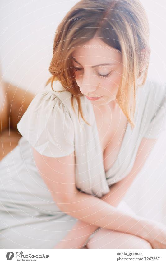 Im Gegenlicht Mensch Jugendliche schön Junge Frau ruhig Freude 18-30 Jahre Gesicht Erwachsene Leben feminin Stil Lifestyle Feste & Feiern Haare & Frisuren