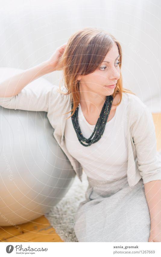 Entspannen Mensch Jugendliche schön Junge Frau Erholung ruhig Leben Gefühle feminin Stil Lifestyle Mode Wohnung Design Zufriedenheit Raum