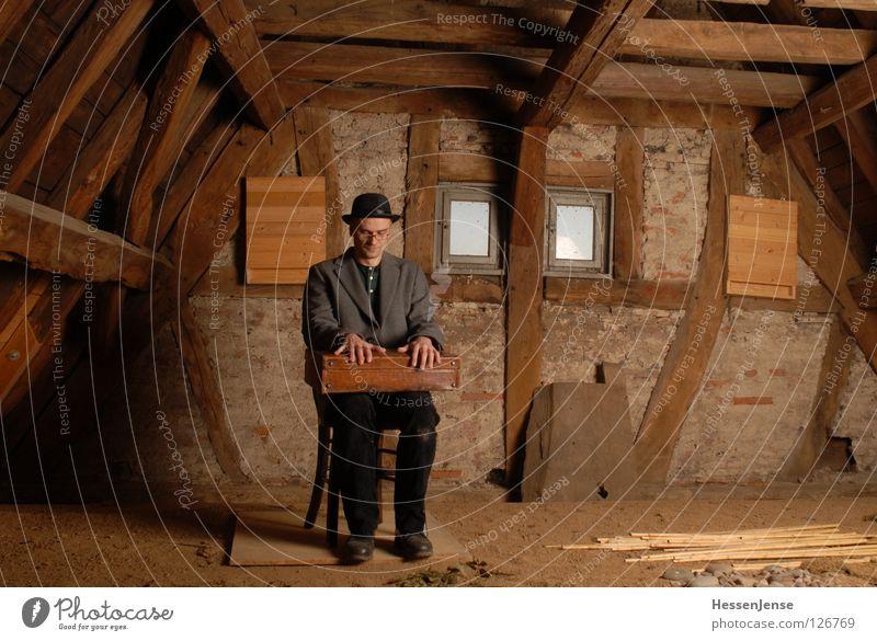 Person 27 Mann alt Einsamkeit Fenster Wand Zeit Sand Schriftzeichen warten Aussicht rund Hoffnung Trauer Stuhl Mitte Schmerz