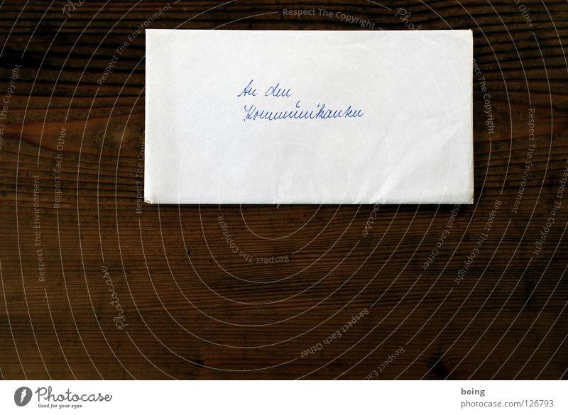 Rundumschlag Brief Briefumschlag Handschrift Geldgeschenk Tisch aufmachen Kommunion Katholizismus Vor dunklem Hintergrund Freisteller Textfreiraum unten