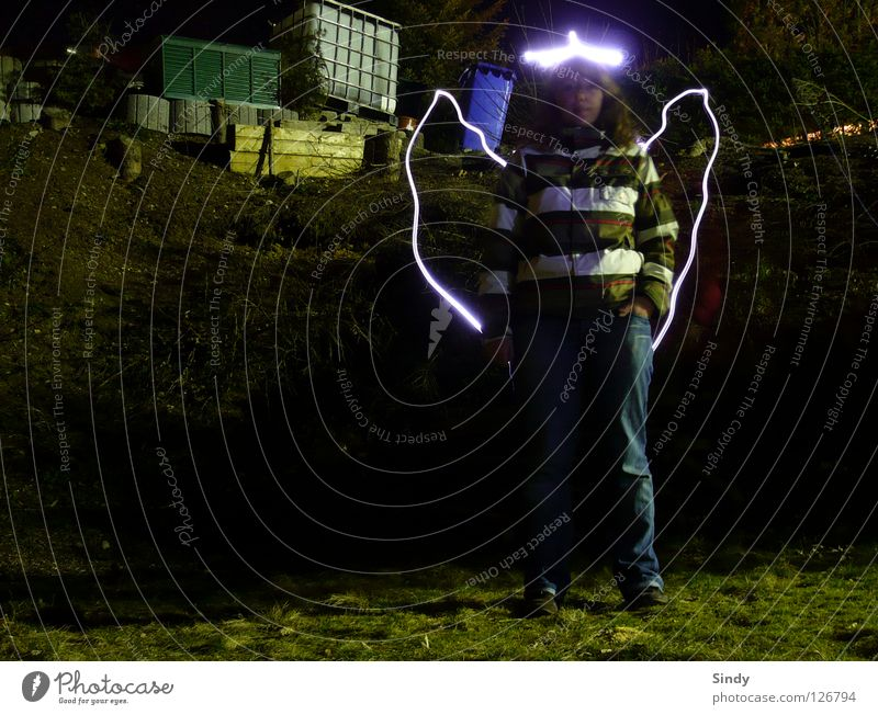 Engel Frau Langzeitbelichtung Jacke Streifen Wiese dunkel Licht Lampe Taschenlampe Belichtung Stil stehen gut Lichterscheinung Flügel hell Beleuchtung Jeanshose
