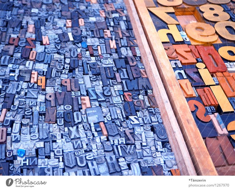 Von A bis Z blau grau Schule Schriftzeichen Kreativität lernen lesen Bildung schreiben Zeitung Kindergarten Inspiration Interesse Printmedien klug Weisheit