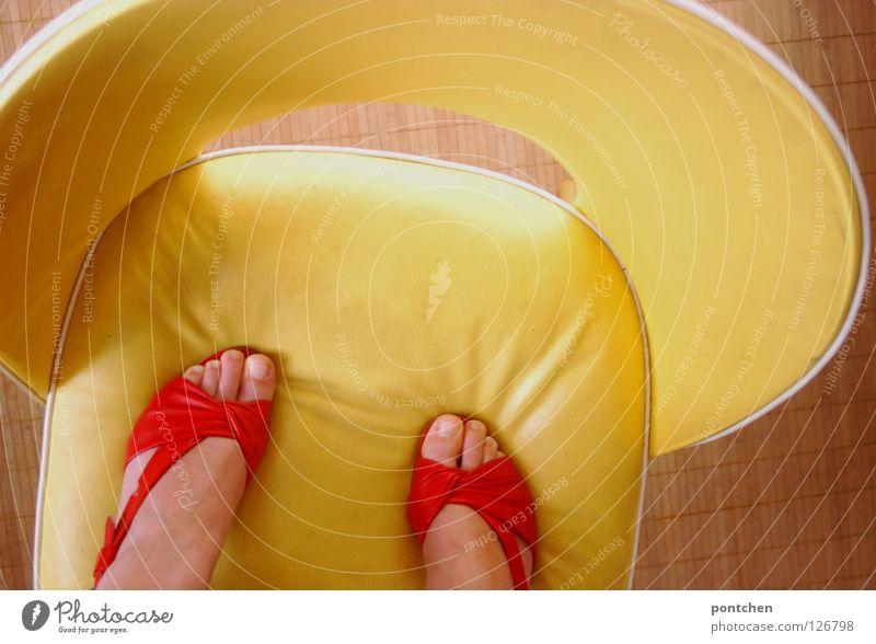 Nicht den Boden berühren! Frau Mensch rot Sommer Erwachsene gelb Leben Spielen Stimmung Mode Fuß Schuhe Wohnung Haut hoch Design