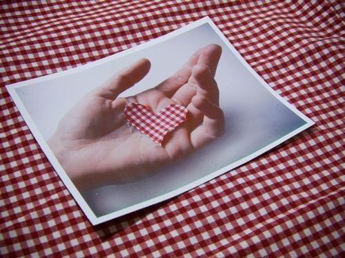 Herz in der Hand Detailaufnahme Makroaufnahme Menschenleer Textfreiraum rechts Textfreiraum oben Textfreiraum unten Basteln Ausflug Tisch Küche Valentinstag