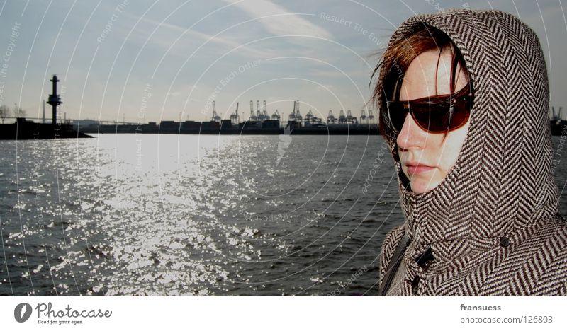 nothing in common Frau Sturm Sonnenbrille Konzentration bewegungslos Kapuze Mütze Mantel verdeckt geheimnisvoll Mensch geschlossen Wind Hafen Hamburg Wasser