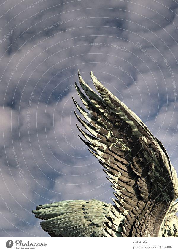 konventioneller Flügel Statue Rüdesheim Germania unschuldig Vogel Feder flattern Flugtier dick Wachsamkeit Rheingau Trompete Krieg Blasmusik laut Blech Bronze