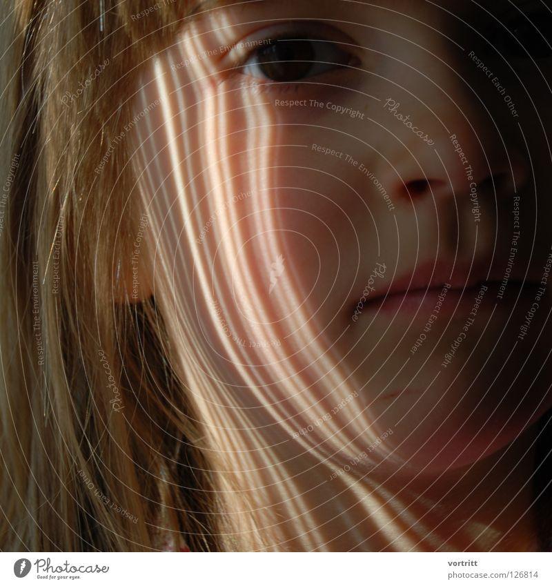 goldstreifen Kind Nahaufnahme Porträt Licht Lichteinfall Vorhang dunkel ernst bezeichnen Streifen Kleinkind Gesicht Auge Mund Nase Ohr Haare & Frisuren Blick