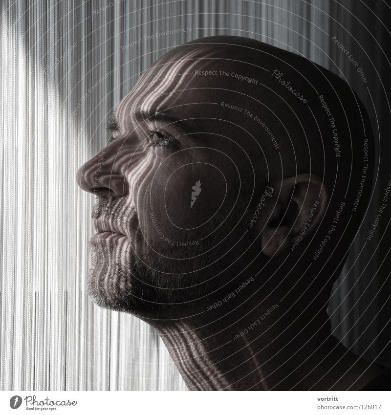 einfall Mann Bart Porträt Vorhang dunkel Licht aufreizend Nahaufnahme Seite Jalousie Erwartung Schwarzweißfoto Gesicht Haare & Frisuren Auge Nase Ohr