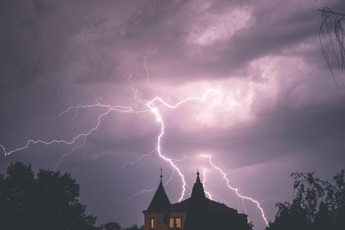Gewaltige Ladung Wolken Gewitterwolken Nachthimmel Unwetter Blitze Baum Stadt Haus Fenster Dach berühren leuchten Aggression außergewöhnlich bedrohlich dunkel