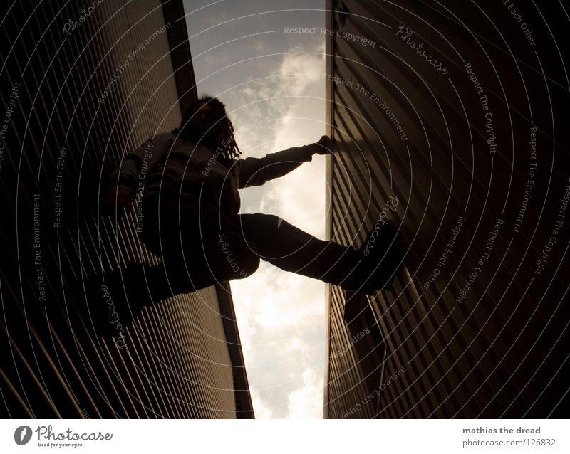 PART 2 Wand Fassade Blech Wellen Wellblech Fenster Froschperspektive Klettern Pause anstrengen Wolken Gasse parallel Mann dunkel kalt gefährlich festhalten