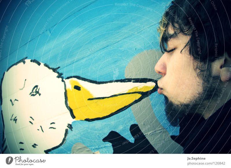 kiss the goose Mann Erwachsene Vogel berühren Küssen Liebe niedlich süß Tierliebe Gans Federvieh Kussmund Zuneigung Unsinn Außenaufnahme Schnabel Wandmalereien