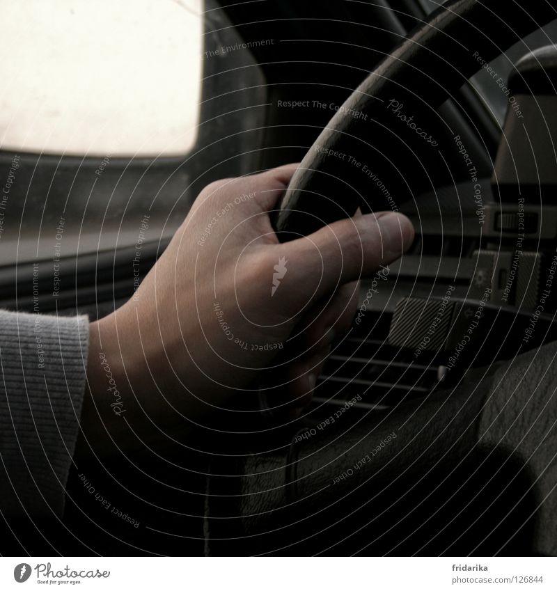 am steuer Hand Ferien & Urlaub & Reisen schwarz Straße Wege & Pfade Haut Verkehr Finger Ausflug fahren Ziel Spiegel festhalten Daumen Fingernagel Lenker