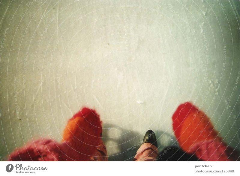 Wintersport. Schlittschuhlaufen. Schwarze Schlittschuhe auf Eisfläche und bunte Handschuhe Stil Freude Freizeit & Hobby Spielen Sportstätten Stadion Beine Fuß 1