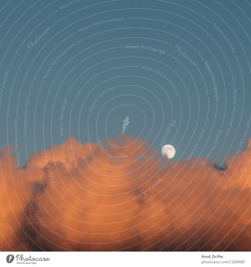 Mond und Wolke Himmel Wolken Schönes Wetter blau orange Romantisch Himmelskörper & Weltall hell hell-blau Beleuchtung Farbfoto Textfreiraum oben Morgen