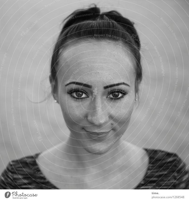 Nastya feminin 1 Mensch Sand T-Shirt schwarzhaarig langhaarig Zopf beobachten Denken Lächeln Blick warten schön Zufriedenheit Lebensfreude Vertrauen