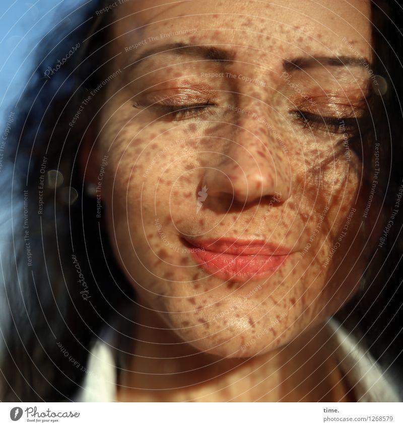 Nastya feminin Frau Erwachsene 1 Mensch Wassertropfen Schönes Wetter Hemd schwarzhaarig langhaarig Erholung genießen Lächeln träumen schön Gefühle Glück