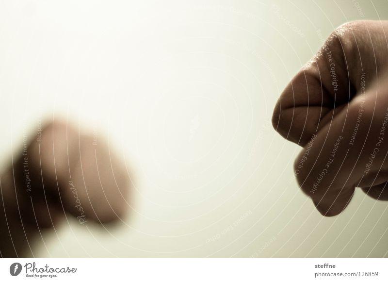 Zwei Fäuste für ein Halleluja Faust Angriff Spiegel schlagen Aggression maskulin gefährlich Mann Doppelschlag Gewalt Vier Fäuste für ein Halleluja