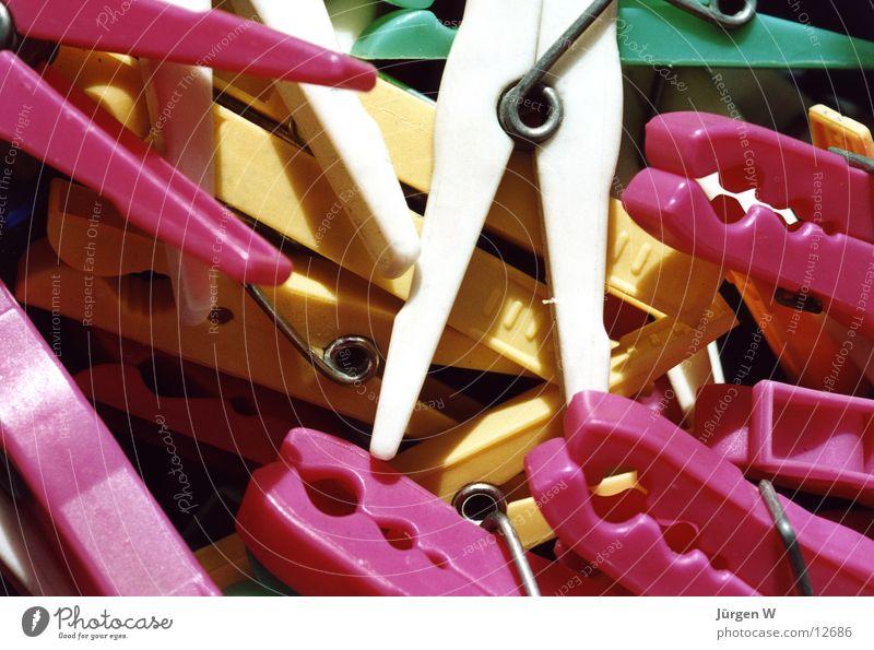 Durcheinander weiß grün gelb rosa Häusliches Leben durcheinander Wäscheklammern