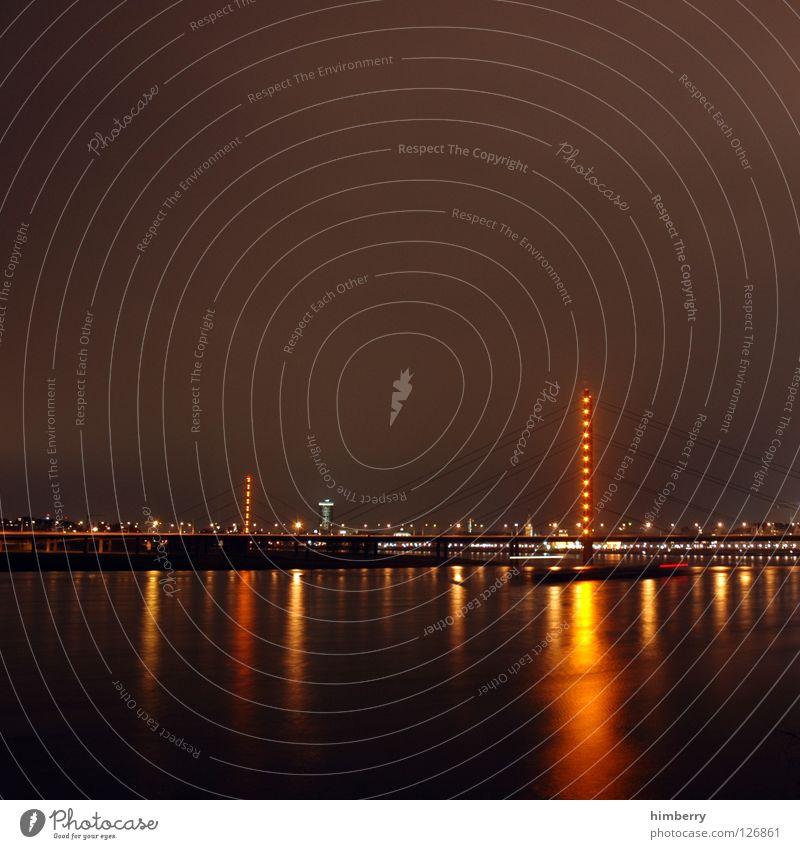 ein alt bitte Stadt blau Straße Lampe Beleuchtung Hochhaus Lifestyle Brücke modern Turm Spitze Skyline Säule Düsseldorf