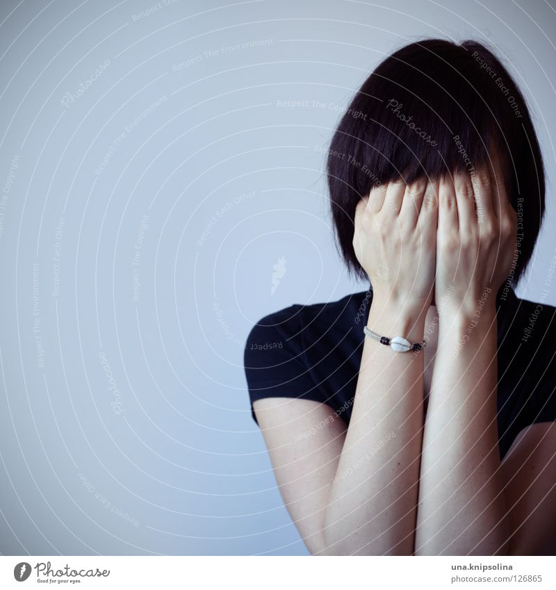 imitation Frau Jugendliche Hand Erwachsene Gefühle Angst Junge Frau 18-30 Jahre gruselig verstecken brünett anonym Charakter unsichtbar Armband Angsthase