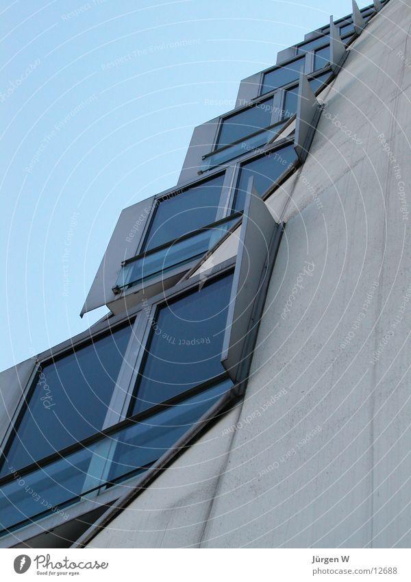 Aufstieg Fenster Haus Himmel Architektur modern Düsseldorf zollhoff medienhafen blau verrückt Gehry Bauten Glas window sky blue diagonally glass