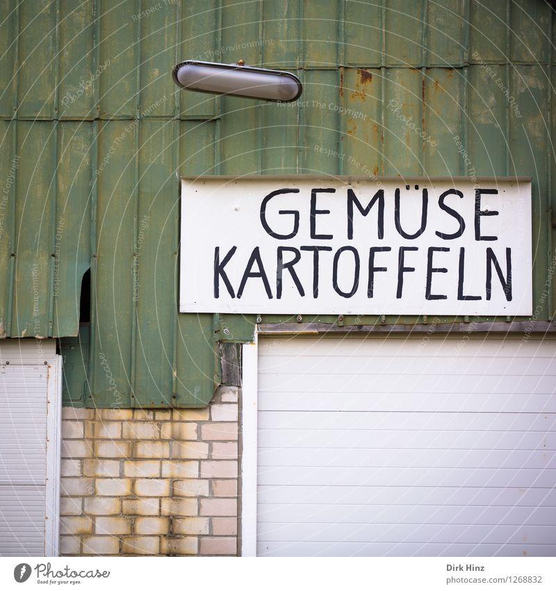 Heute geschlossen! alt grün weiß Wand Mauer Lampe Fassade dreckig trist Schilder & Markierungen Armut einfach kaufen Wandel & Veränderung Landwirtschaft