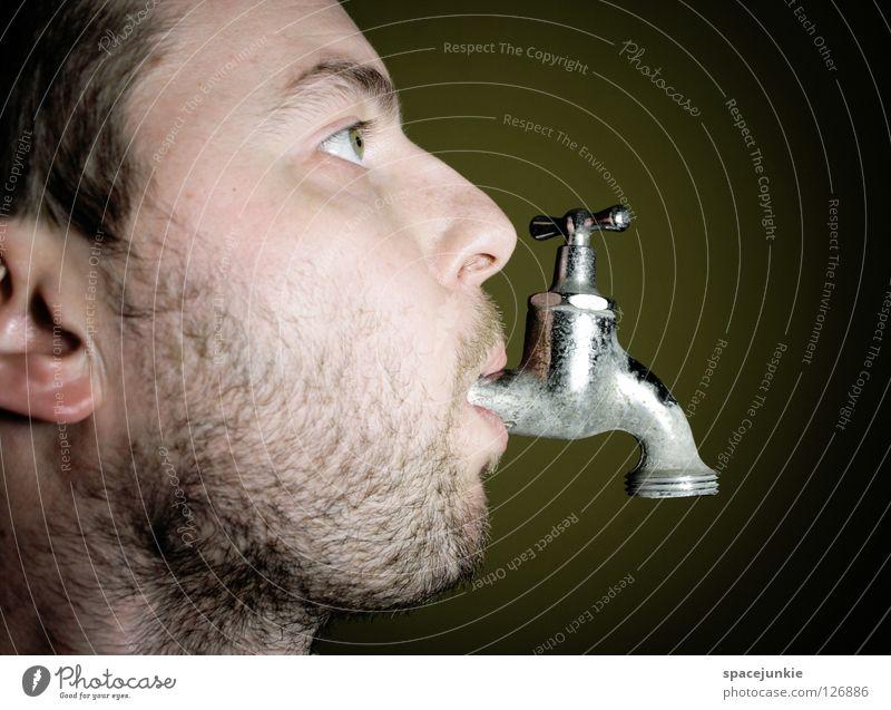 Durst Mann Porträt Wasserhahn Bad Getränk Erfrischung Freude Gesicht Flüssigkeit Wassertropfen