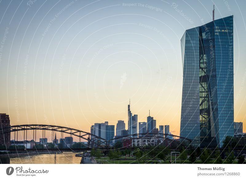 Europäische Zentralbank Stadt Stadtzentrum Skyline Hochhaus Bankgebäude Brücke Architektur Sehenswürdigkeit Kapitalwirtschaft Perspektive Banken Eisenbahnbrücke