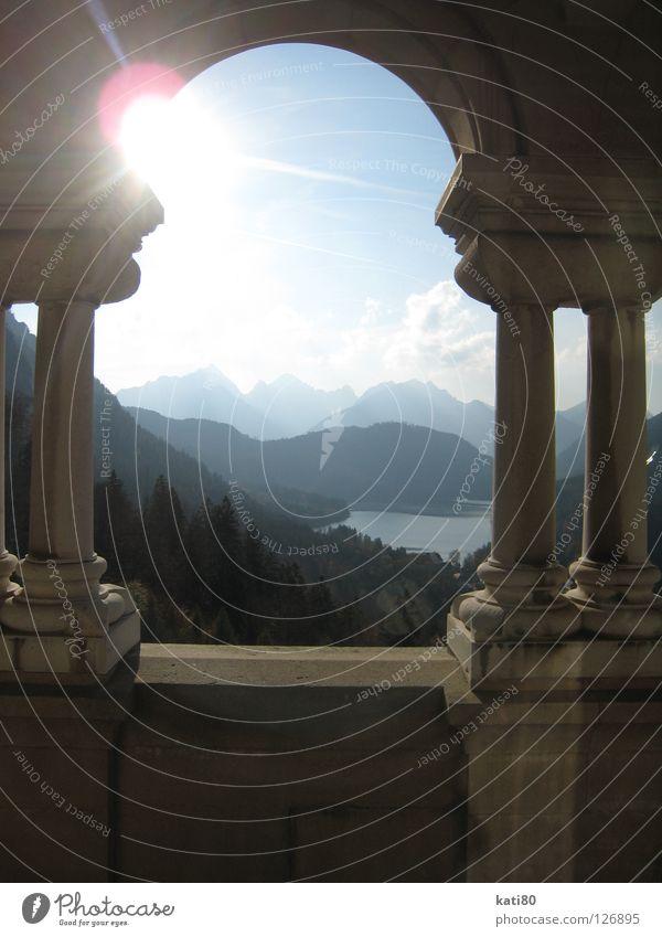 Blick vom Balkon von Neuschwanstein Fenster See Gegenlicht Wald Lichtfleck Bayern Kultur Romantik Arkaden Wahrzeichen Denkmal Kunst historisch Alpen Säule Sonne