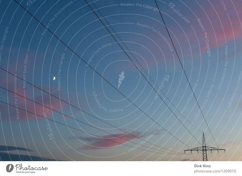 Energiegeladener Abendhimmel mit Mond Kabel Wissenschaften Fortschritt Zukunft Energiewirtschaft Kernkraftwerk Energiekrise Industrie Umwelt Landschaft Himmel