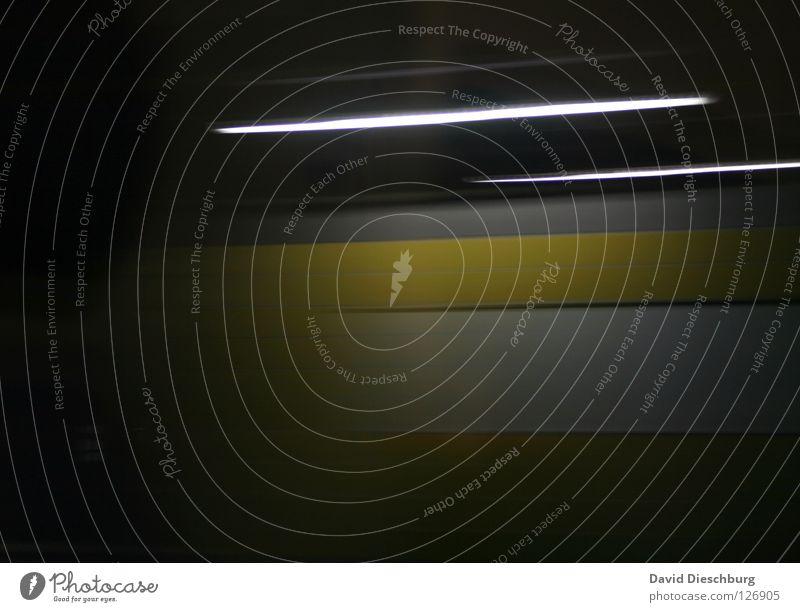 The fast... schwarz gelb Farbe Lampe dunkel Wand hell Beleuchtung Verkehr Eisenbahn Geschwindigkeit fahren Streifen Gleise Station U-Bahn