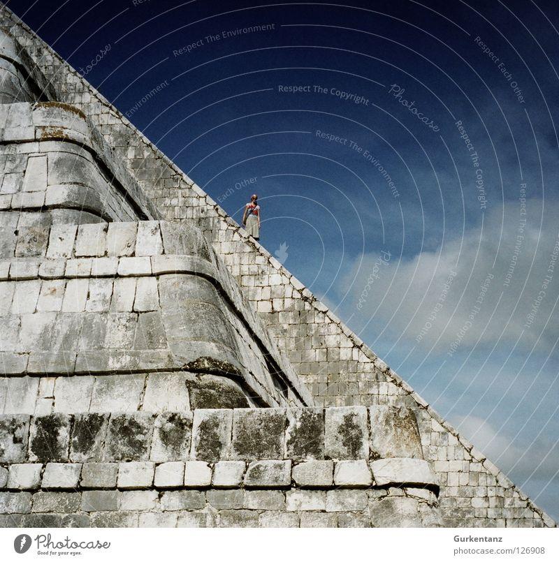 Mexiko: 45° Frau Mensch Himmel Wolken Stein Treppe Ecke Klettern historisch aufsteigen steil Tempel Abstieg