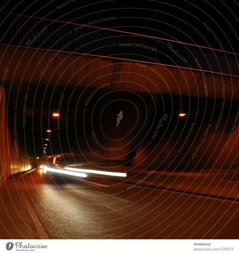 always watch left Tunnel Verkehr KFZ Nacht Licht Straßenbeleuchtung Geschwindigkeit gefährlich Überqueren Kontrolle Brücke Langzeitbelichtung PKW car Bewegung