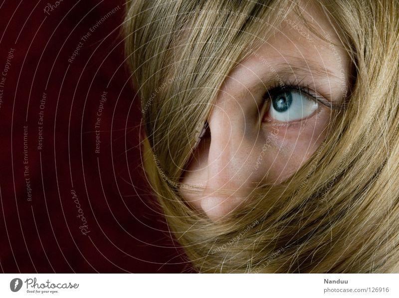 Eingewickelt Frau feminin blond Haare & Frisuren Haarwaschmittel Schleier rot verdeckt verpackt Wimpern Schüchternheit verträumt Denken Verschmitzt