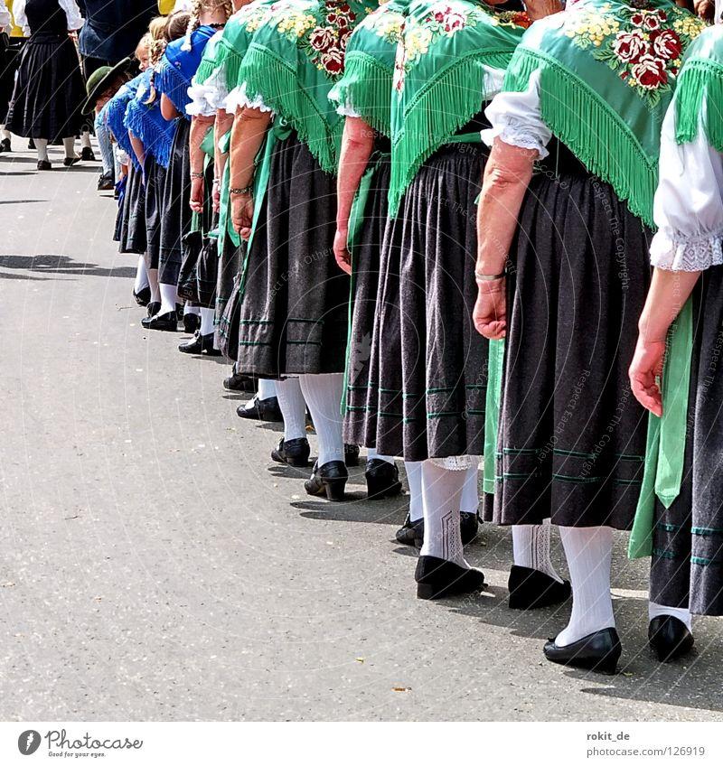 Grüne Schulter zeigen Bayern Trachtenkleid Tanzfläche Volksmusik Drehung Gamsbart Rieden Allgäu Bluse drehen schlagen Shorts Männerbein Strumpfhose Parkett