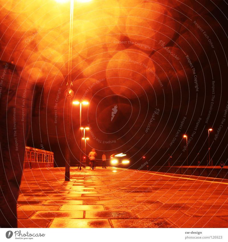 Rainy Days Dem Gone Reflexion & Spiegelung Regen Nieselregen Bahnfahren Mahlsdorf nass feucht Bahnsteig Eisenbahn S-Bahn stehen Licht Lichtspiel Lichtbrechung