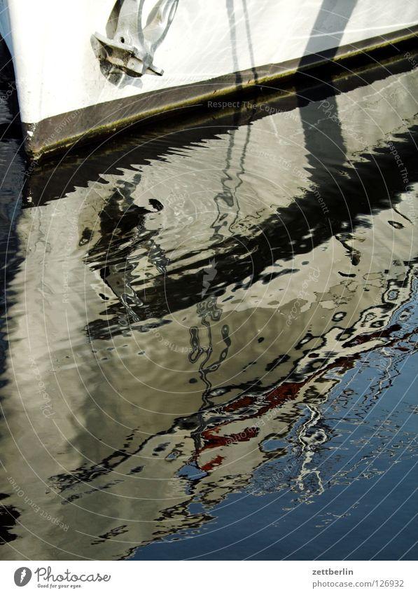 Bug Ferien & Urlaub & Reisen Wasser Spielen Wasserfahrzeug Wellen Hafen tauchen Schifffahrt Anlegestelle Strommast Wasseroberfläche Schiffsbug Anker Kiel