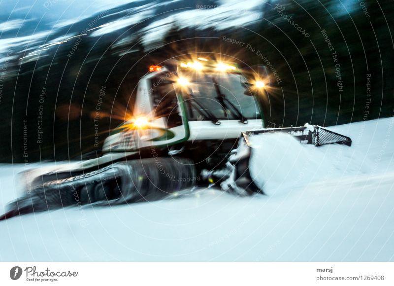 Absolut | fehl am Platz Arbeit & Erwerbstätigkeit Beruf Pistengerätfahrer Winter Eis Frost Schnee Pistenbully Ratrac Bewegung dunkel Bewegungsunschärfe